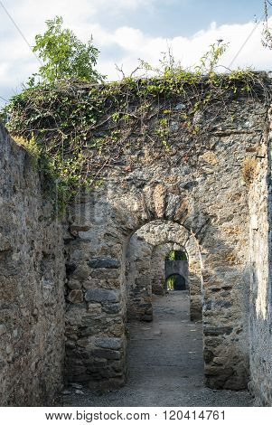 Prats-de-mollo-la-preste (pyrenees, France):  Walls