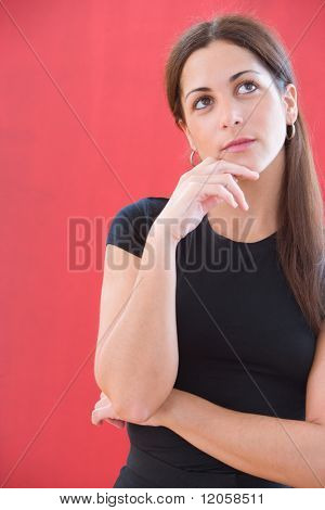 Retrato de mujer mirando hacia arriba con la mano en el mentón