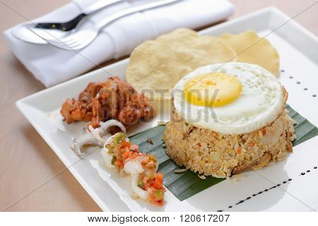 Fried rice with egg, chicken and prawn cracker
