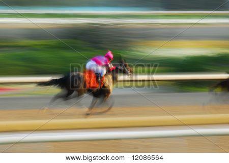 Jinete en un caballo de carreras en pista