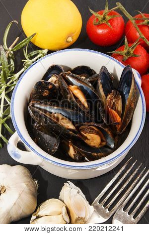 scottish mussel pot with tomato, garlic and lemon