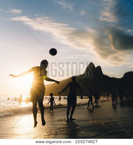 Two young men play Keepy-Uppy (in Portuguese