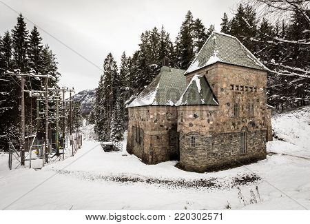 Longerak Power station is a small hydro electric power station in Setesdal, Norway. It was buildt in 1915, and is still working to deliver energy.