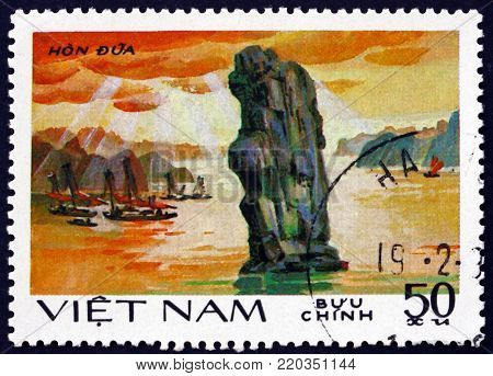 VIETNAM - CIRCA 1984: a stamp printed in Vietnam shows rock formation, Hon Dua, circa 1984