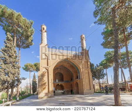 Manar Jomban alias Shaking Minarets or The Swinging Minarets, 6 km west of the city Esfagan. It is a mausoleum, a tomb entitled to Amu Abdullah Ibn Muhammad Ibn Mahmoud, a mystic who died in 1316 AD The roof is crowned by pair of minarets, not too tall
