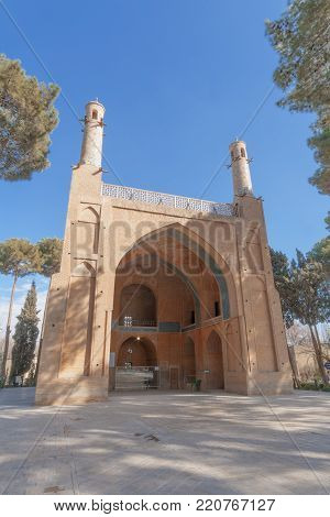 Manar Jomban alias Shaking Minarets or The Swinging Minarets, 6 km west of the city Esfagan. It is a mausoleum, a tomb entitled to Amu Abdullah Ibn Muhammad Ibn Mahmoud, a mystic who died in 1316 AD The roof is crowned by pair of minarets, not too tall, a