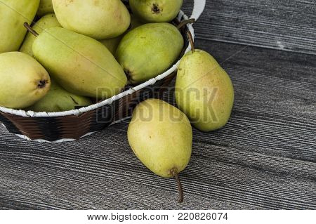 pears in the plate, eating pears is beneficial, you need to eat pears to lose weight healthy, pear basket,