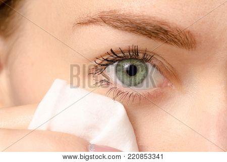 Female eye green to wipe the eyes with a napkin beauty macro