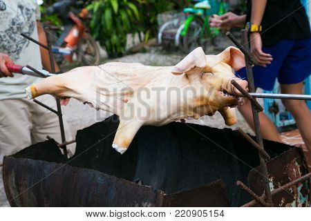 Whole pig piglet suckling fire roast grill barbecue bbq cook pork meat food meal dinner