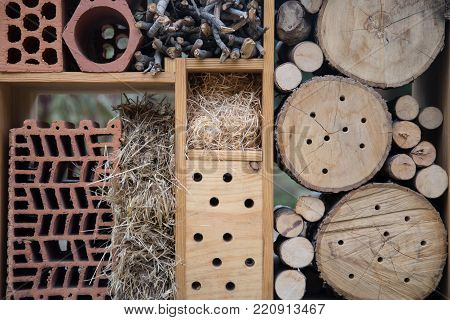 Structure designed to favor the nesting of pollinating insects as well as their winter survival.
