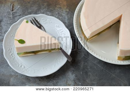 Gelatin cream cheese cake with peach jelly