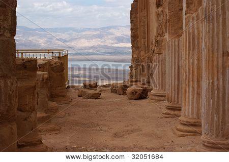 Ruinen der alten Kolonnade des king Herod's Palast in masada