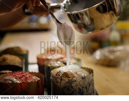 The Chef Hands Adorn The Cupcakes With Icing Sugar And Slices Of Sugar.