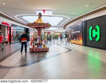 Zabrze. Poland 8 Maj 2021. Young People Shopping Mall In Platan City Center Zabrze. Interior Of Reta