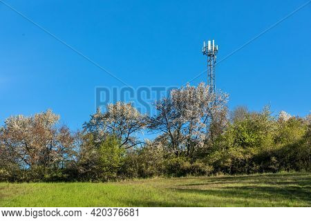 5g Radio Network Telecommunication Equipment With Radio Modules And Smart Antennas Mounted On A Meta