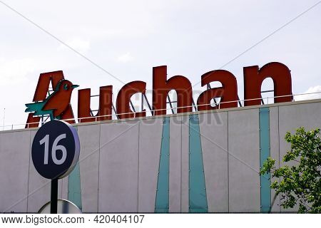 Bordeaux , Aquitaine France - 05 08 2021 : Auchan Hypermarket Logo Sign And Brand Text On Store Fren