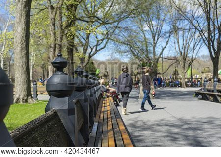 New York, Usa - April 26,2018 : People Come To Enjoy Spring Weather At The Mall And Literary Walk In