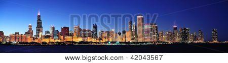 Panorama de horizonte urbano del centro de ciudad de Chicago al anochecer con rascacielos sobre el lago Michigan con claro