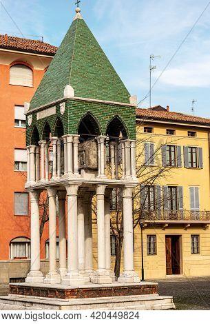 Bologna Downtown. Medieval Tomb In Piazza San Domenico. Tomb Of Rolandino Dei Passaggeri. Emilia-rom
