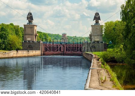 Picturesque Gateways On The Moscow Canal, Decorated With Metal Sailing Ships.