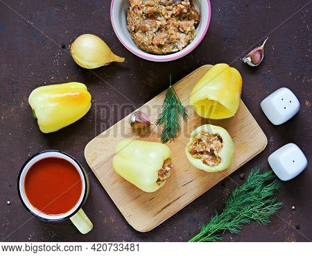 Step By Step Cooking Stuffed Peppers, The Second Step, The Filling Of The Raw Pepper Minced Meat Wit