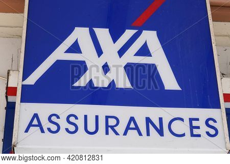 Bordeaux , Aquitaine France - 05 14 2021 : Axa Assurances Logo Brand And Text Sign Front Of French O