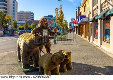Anchorage, Alaska, Usa - 30 September 2016: Bear Figures In Front Of The View Grizzly Gifts, A Gift
