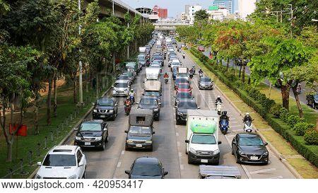 Bangkok, Thailand : March 3, 2021 : Traffic Jams At Rush Hour Make The Car Move Slowly In The Mornin