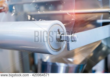 Laminating and rewinding kind of protective film machine with clamping rollers automatic edge banding