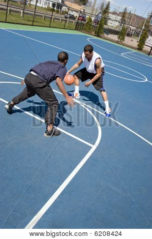 Homens jogando basquete