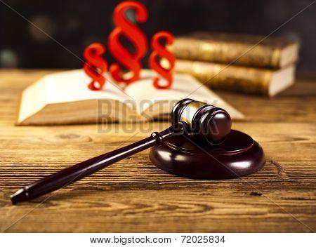 Paragraph sign symbol, Judge gavel