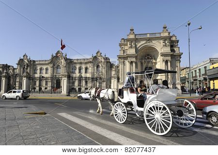 Carriage Rolled Tourists By The Presidential Palace