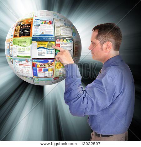 Hombre de negocios de Internet hacia el Web