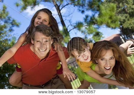 Familia feliz divirtiéndose afuera en el Parque