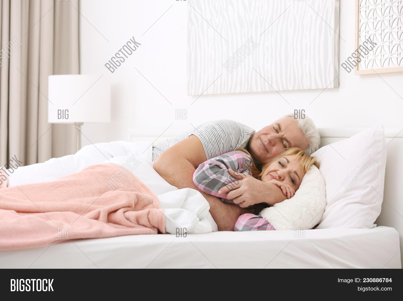 Bed and big mature | XXX pics)