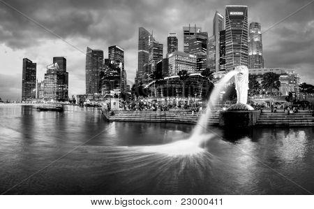 Singapur-DEC 29: Fuente el Merlion y horizonte de Singapur en 29 de diciembre de 2010. Merlion es un imagina