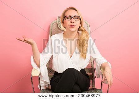 Annoyed Dissatisfied Furious Businesswoman Boss Isolated On Pink Background With Hands Spread Sittin