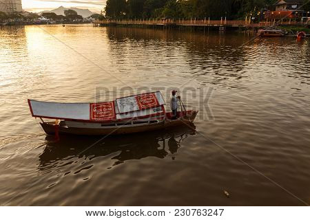 Kuching, Malaysia - November 25, 2017: A Traditional Wooden Boat On The Sarawak River Carries People