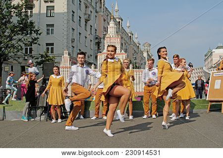 Moscow, Russia - September 10, 2017: Street Dancers Dancing In Front The Layout Of The Moscow State