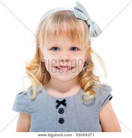 Blond meisje glimlachend geïsoleerd op witte achtergrond