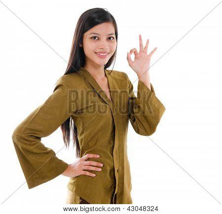 Sudeste Asiático muçulmano feminino no tradicional kebaya com longos cabelos negros gestos bem mão sinal sagacidade