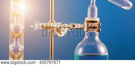 Laboratory device for distillation of volatile liquid fractions