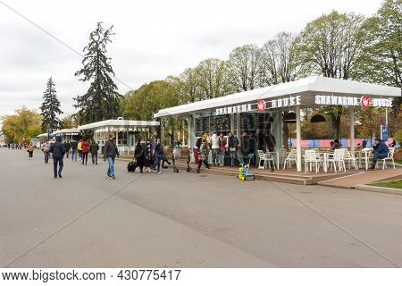 Russia, Moscow, Oktober 24, 2020: Vdnh Park. Autumn View. Street Cafes, Fast Food Cafes.