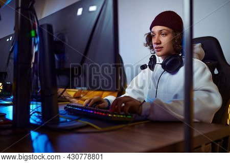 Young gamer play in game club