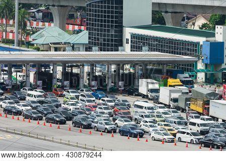 Kuala Lumpur,malaysia - Nov 6,2020 : High Angle View Of The Traffic Jam In Sungai Besi Toll,malaysia