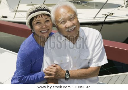 Asian senior Couple umarmen in Marina (Hochformat)
