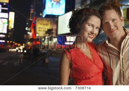 Pareja de jóvenes en la ciudad por la noche cerrar