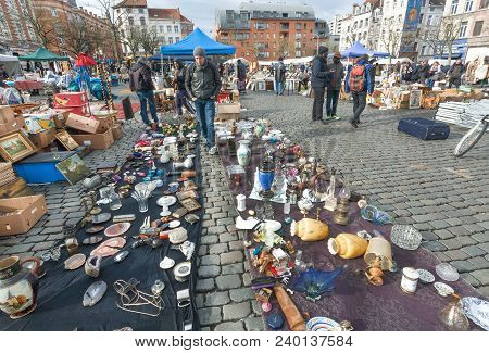 Brussels, Belgium - Apr 3: Buyers Of Flea Market And Many Old Art, Bargains And Antique Stuff In Mes