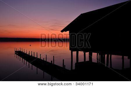 Schuppen bei Sonnenuntergang