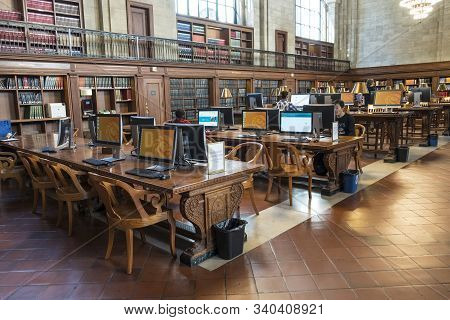 New York, Usa - October 5, 2017: Student Into The National Public Library In New York City With Near